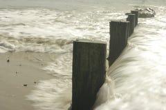Wellen, die auf Wellenbrecher abbrechen Lizenzfreie Stockbilder