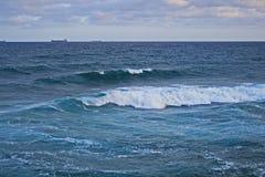 Wellen, die den Ozean einlaufen stockbild