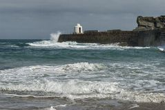 Wellen, die den Pier bei Portreath, Cornwall Großbritannien zerschmettern Stockfotografie