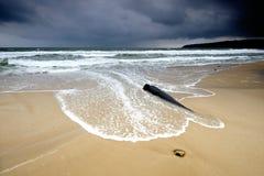 Wellen, die den Strand überschwemmen Stockbilder