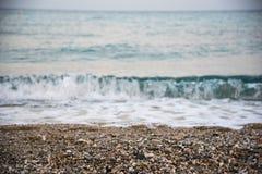 Wellen, die den Strand zertrümmern Stockfoto