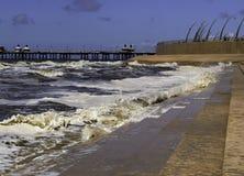 Wellen, die an der Flut in Blackpool brechen Stockfotos