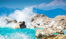 Wellen, die in die Felsen zerquetschen Lizenzfreies Stockbild