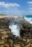 Wellen, die durch Rocky Opening zusammenstoßen Lizenzfreie Stockfotografie