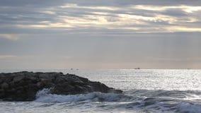 Wellen, die in einem Wellenbrecher ankommen stock video