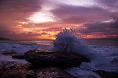 Wellen, die einen Felsen w?hrend des Sonnenaufgangs zerquetschen Seesonnenaufgang an der gro?en Ozean-Stra?e, Victoria, Australie lizenzfreies stockfoto