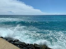 Wellen, die in Felsen auf Pier zusammenstoßen lizenzfreie stockbilder