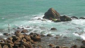 Wellen, die Felsen auf Strand in Sri Lanka bedecken stock footage