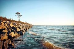 Wellen, die Felsen an der Flut schlagen stockbilder