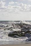 Wellen, die in Felsen in Marina di Massa zusammenstoßen, lizenzfreie stockbilder