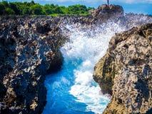 Wellen, die am Felsen in Nusa-DUA-Strand, Bali zerstoßen Lizenzfreies Stockbild