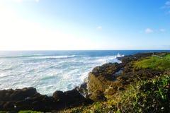 Wellen, die in Felsen zusammenstoßen, stockfoto