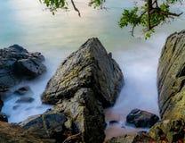 Wellen, die in felsiges Ufer zusammenstoßen Lizenzfreie Stockbilder