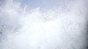 Wellen, die gegen den Strand schlagen stock video