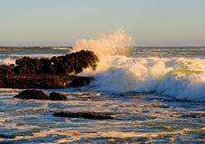 Wellen, die gegen die Felsen abbrechen Stockbild