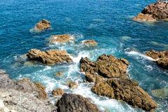 Wellen, die gegen die Felsen abbrechen Lizenzfreie Stockfotos