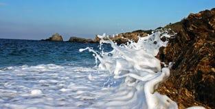 Wellen, die gegen die Felsen im Mittelmeer zertrümmern Lizenzfreie Stockbilder