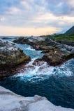 Wellen, die gegen die Felsen schlagen stockfotografie
