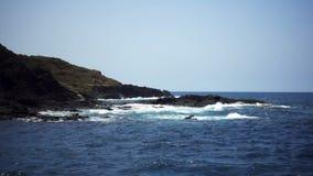 Wellen, die gegen die Felsen schlagen stock footage