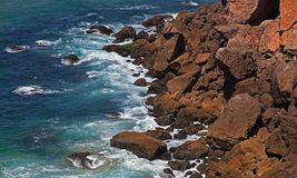 Wellen, die gegen Felsen abbrechen Lizenzfreies Stockfoto
