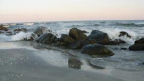 Wellen, die gegen Felsen zerquetschen stockfotografie