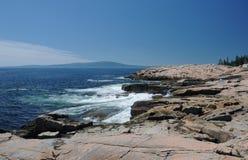 Wellen, die gegen Felsen zusammenstoßen Lizenzfreie Stockbilder