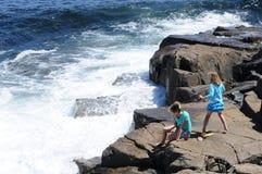 Wellen, die gegen Felsen zusammenstoßen Stockfoto