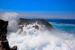 Wellen, die gegen felsige Klippe zerquetschen Lizenzfreies Stockfoto