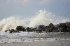 Wellen, die gegen große Steine in Nordmeer brechen Lizenzfreies Stockfoto