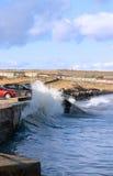 Wellen, die gegen Küstewand abbrechen Stockfotos