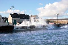 Wellen, die gegen Uferwand abbrechen Lizenzfreie Stockfotografie