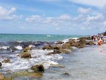 Wellen, die im Kalk-Felsen zusammenstoßen lizenzfreies stockbild