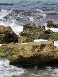 Wellen, die im Kalk-Felsen zusammenstoßen lizenzfreie stockfotos