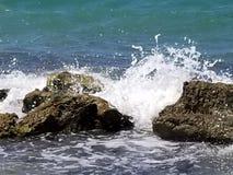 Wellen, die im Kalk-Felsen zusammenstoßen lizenzfreie stockbilder