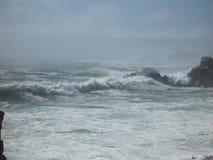 Wellen, die im Nebel abbrechen Lizenzfreies Stockfoto