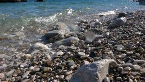 Wellen, die Kiesel waschen stock video footage