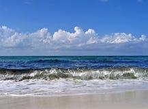 Wellen, die an Land abbrechen Stockfoto