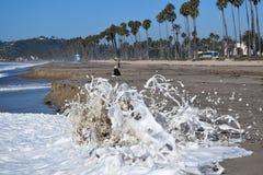 Wellen, die mit Gischt zusammenstoßen Stockfoto
