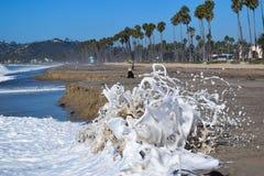 Wellen, die mit Gischt zusammenstoßen Stockfotografie