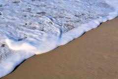 Wellen, die oben auf das Ufer sich waschen Stockfotografie