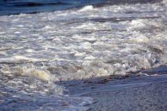 Wellen, die oben auf das Ufer sich waschen Stockfotos