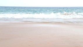 Wellen, die oben auf sandigem Strand in den Tropen sich waschen stock footage
