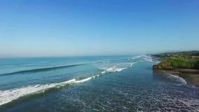 Wellen, die in Richtung zum Bali-Strand zusammenstoßen stock footage