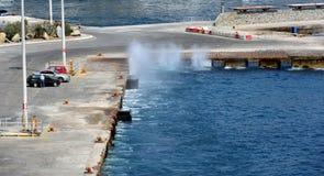 Wellen, die Spray auf dem Kai casuing sind lizenzfreies stockbild