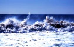 Wellen, die stark abbrechen Stockfotos