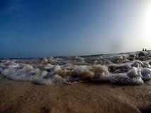 Wellen, die am Strand zerquetschen stockbild