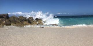 Wellen, die am Strand zusammenstoßen Lizenzfreie Stockfotos