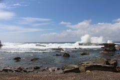 Wellen, die an Terrigal-Strand zerquetschen stockfotos