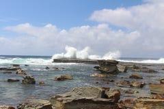 Wellen, die an Terrigal-Strand zerquetschen stockbild