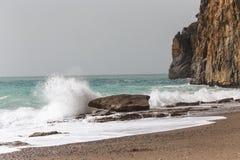 Wellen, die am Ufer zerquetschen stockfotos